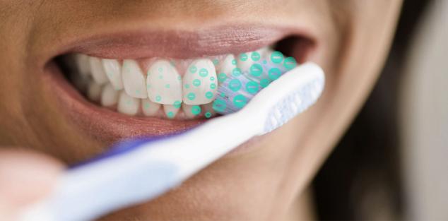 čiščenje zob z ionsko zobno ščetko